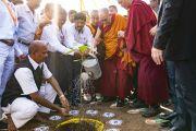 Его Святейшество Далай-лама высаживает деревце в честь учений на спортивном стадионе Колледжа физкультуры при Народном образовательном обществе. Аурангабад, штат Махараштра, Индия. 24 ноября 2019 г. Фото: Тензин Чойджор (офис ЕСДЛ).