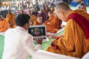Перед началом учения Его Святейшество Далай-лама торжественно запускает сайт, посвященный сохранению буддийского палийского канона Трипитака. Аурангабад, штат Махараштра, Индия. 24 ноября 2019 г. Фото: Тензин Чойджор (офис ЕСДЛ).