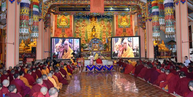 Фоторепортаж. Далай-лама обратился к участникам философских диспутов в монастыре Гандан Тегченлинг