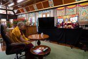Его Святейшество Далай-лама смотрит, как монахи проводят традиционные философские диспуты в монастыре Гандан Тегченлинг в Монголии. 15 октября 2020 г. Фото: дост. Тензин Джампхел.