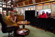 Его Святейшество Далай-лама, находящийся в своей резиденции в Дхарамсале, наблюдает, как настоятель монастыря Гандан Тегченлинг в Монголии совершает традиционные подношения. 15 октября 2020 г. Фото: дост. Тензин Джампхел.