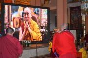Настоятель монастыря Гандан Тегченлинг в Монголии совершает традиционные подношения Его Святейшеству Далай-ламе, находящемуся в своей резиденции в Дхарамсале, штат Химачал-Прадеш, Индия. 15 октября 2020 г. Фото: монастырь Гандан Тегченлинг.