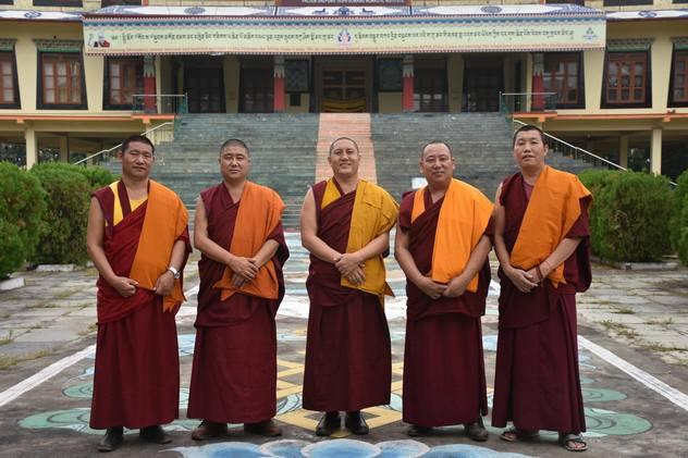 Монахи монастыря Дрепунг Гоманг продолжают читать молебны в режиме онлайн